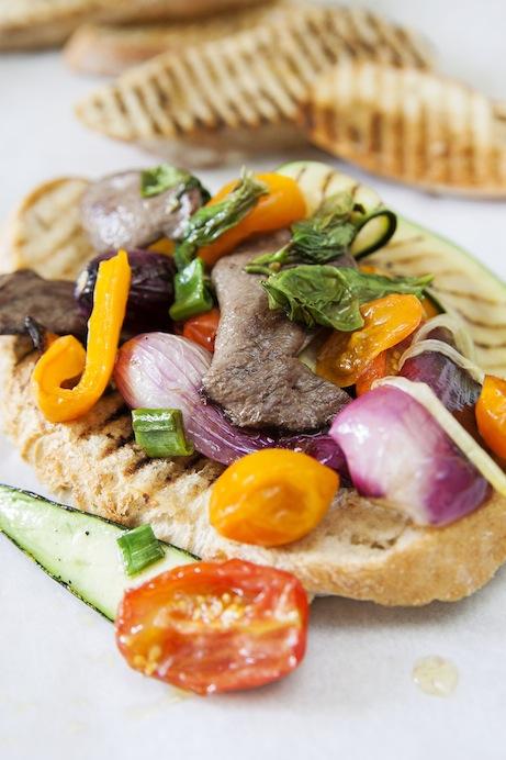 Tunnskivade duvbröst, snabbfrästa i het panna med vitlöksdoftande grönsaker.