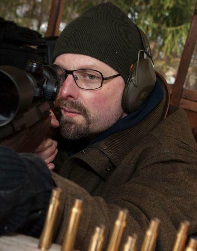Precisionsskytte kräver koncentration och lugn. Mattias Tyrefors ett par sekunder före skott.