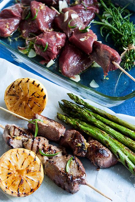 Rostbiff på vildsvin är fantastiskt grillkött. Citron, rosmarin, vitlök och sardeller ger smak och doft.