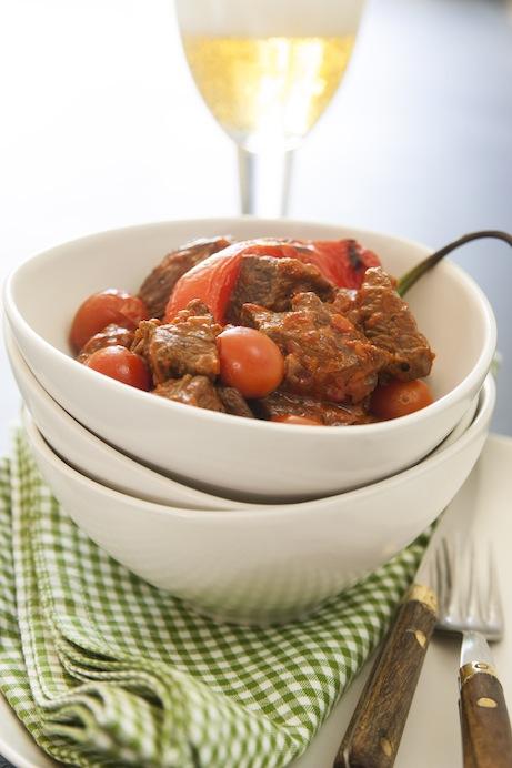 Mustig, lite krämig gryta där paprika och tomat anger tonen.