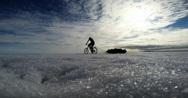 FILM: Fiskaren som är ute och cyklar på hal is i jakten efter harr